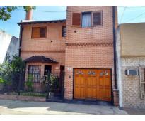 Casa de 2 plantas con cochera en Villa Luro