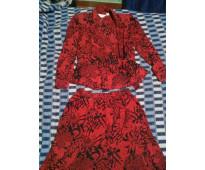 COMO NUEVO, ENTREGA INMEDIATA.Conjunto italiano pollera y camisa de seda, rojo