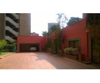 Venta de casa gigante en el Poblado, Medellín, por la inferior con la calle 10