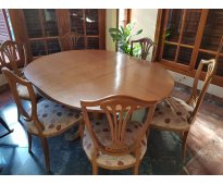 Juego de comedor estilo inglés; mesa con 6 sillas tapizadas