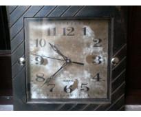 Reloj de pared cuadrado simil madera