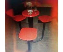 En venta: bancos de madera con mesa incorporada.