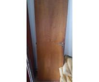 Puerta de madera con marco