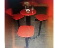 Mesa con bancos altos para bares.