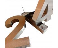 Números y letras de acero en aristóbulo del valle