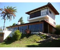 Hermosa casa con costa al lago, cancha de tenis y 10.000 mt2 de parque.