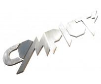 En la fachada letras de acero