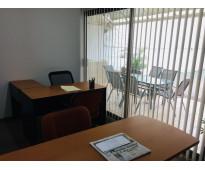 Oficina disponible y amueblada para 2 personas