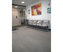 Renta de preciosas oficinas con acceso a sala de juntas y sala de espera.