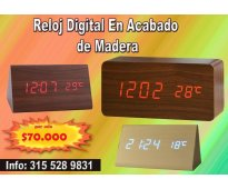 Reloj digital en madera